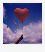Un cuore rosso e un cielo blu