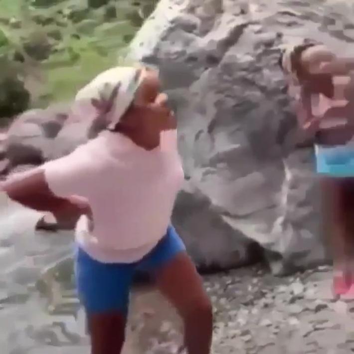 2 Jamaican ladies fighting