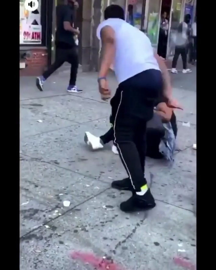 Man and woman fight in Harlem