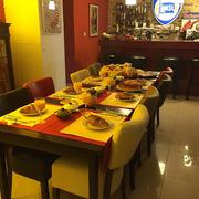 Groepsontbijt in de restaurantzaal van Chez Catharina