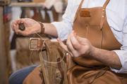 Gürtel wird von Hand mit sogenannter Sattlernaht gefertigt