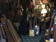 What's dis big black ting in guitar row?