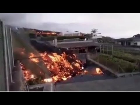 BREAKING NEWS!! DRAMATIC FOOTAGE OF LAVA OVERTAKING HOUSES AND RIVERS OF LAVA IN LA PALMA!!